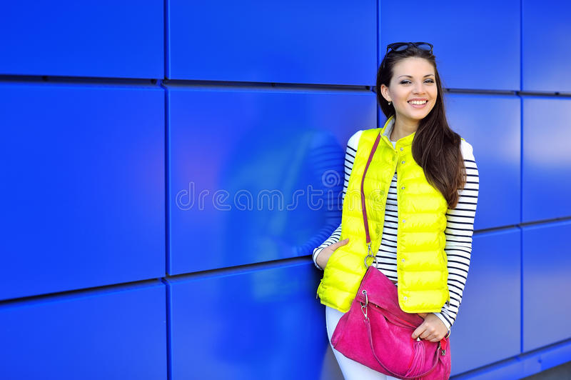 Piękny szczęśliwy elegancki młoda dziewczyna portret plenerowy zdjęcia stock