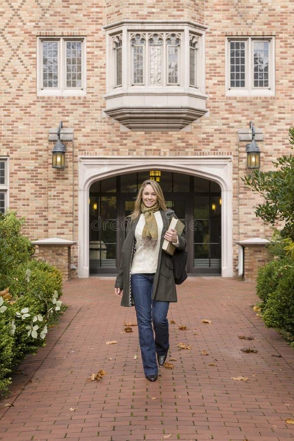 Piękny, szczęśliwy, ono uśmiecha się, ufny żeński kobiety szkoły wyższej student uniwersytetu odprowadzenie na szkolnym kampusie obraz stock