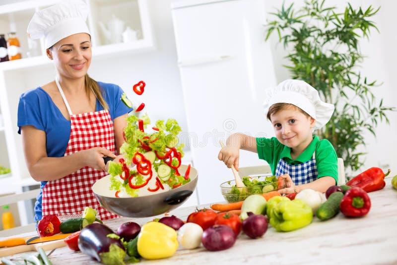 Piękny szczęśliwy uśmiechnięty rodzinny kulinarny warzywo posiłek obrazy royalty free
