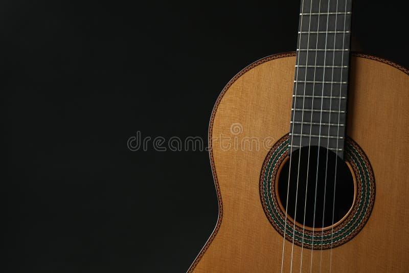 PiÄ™kny sześć - smyczkowa klasyczna gitara przeciw ciemnemu tÅ'u zdjęcie stock