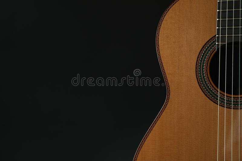 Piękny sześć - smyczkowa klasyczna gitara przeciw ciemnemu tłu fotografia royalty free