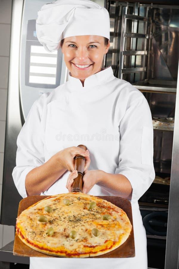 Piękny szef kuchni Przedstawia pizzę fotografia royalty free