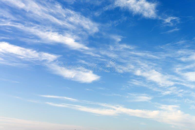Piękny szeroki niebieskie niebo z zadziwiającym obłocznym tłem Kształta bezpartyjnik, elementy natura zdjęcie stock