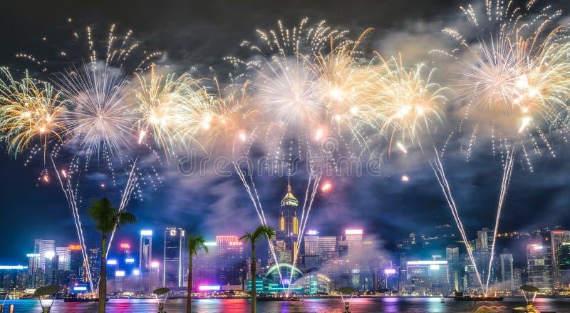 Piękny szeroki strzał breathtaking fajerwerki w nocnym niebie podczas wakacji nad miastem zdjęcie stock