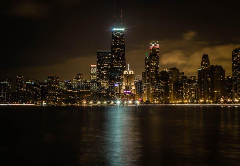 Piękny szeroki strzał wysocy biznesowi budynki i drapacz chmur Chicago i rzeka przy nocą obrazy stock