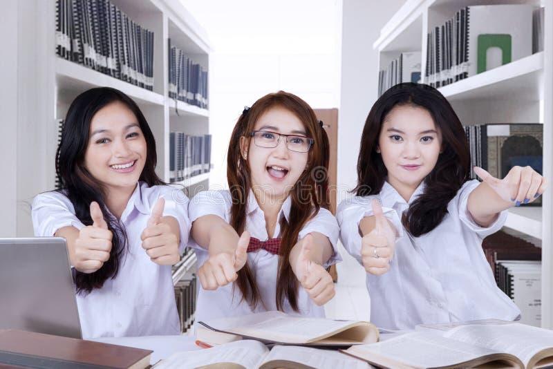 Piękny szkoła średnia uczeń pokazuje aprobaty zdjęcie royalty free