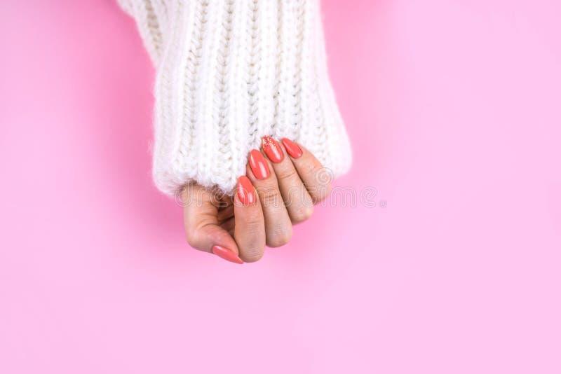 Piękny sztuka manicure nowożytny Koralowy kolor zdjęcia royalty free