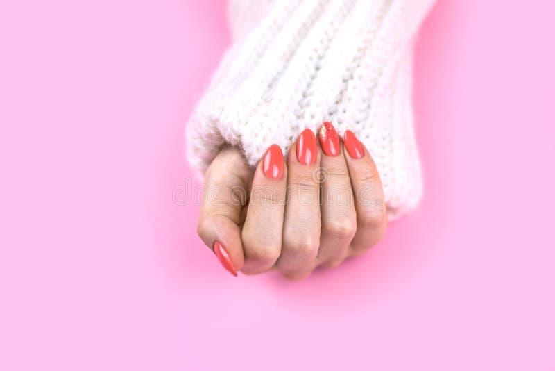 Piękny sztuka manicure nowożytny Koralowy kolor zdjęcia stock