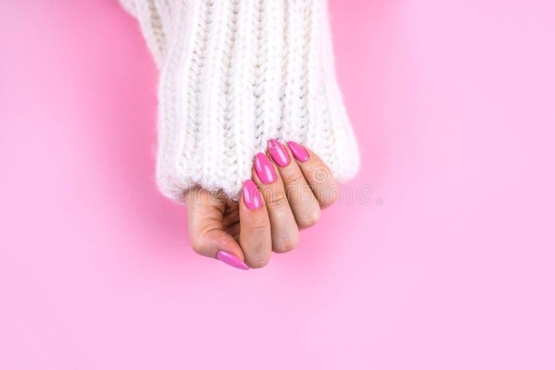 Piękny sztuka manicure nowożytny menchia kolor zdjęcie stock