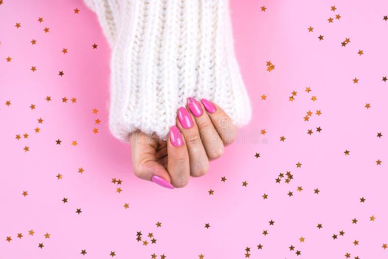 Piękny sztuka manicure nowożytny menchia kolor obrazy stock