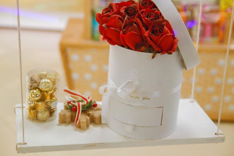 Piękny tło dla walentynki ` s dnia Czerwone róże w koszu i czekoladach na drewnianej desce obrazy stock