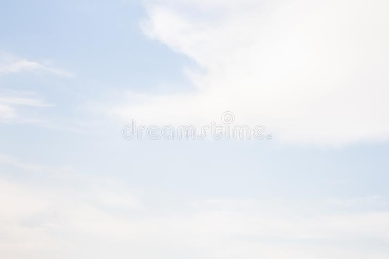 Piękny tło niebieskie nieba z miękkimi chmurami obraz royalty free