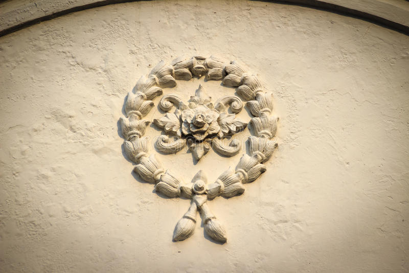 Piękny tło z białymi girlanda kwiatami sztukateryjnymi na ol zdjęcie stock