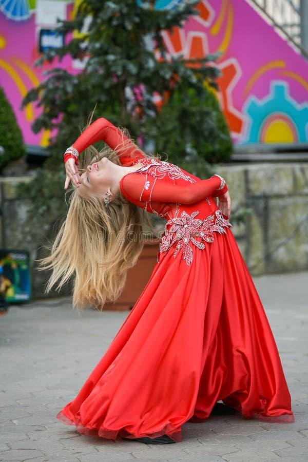 Piękny tancerz w czerwonej sukni Piękny młoda dziewczyna taniec w czerwonej sukni Taniec publicznie Utalentowany dzieciak robi ta obraz royalty free