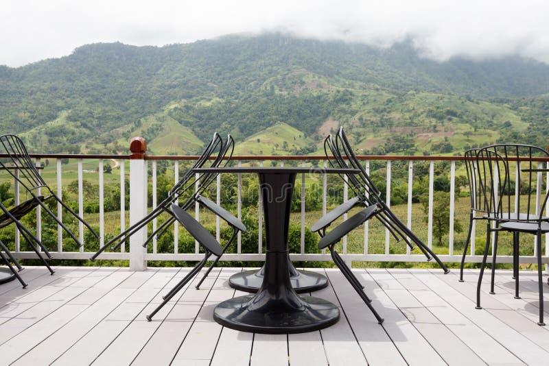 Piękny tarasowy hol z widokiem górskim fotografia stock