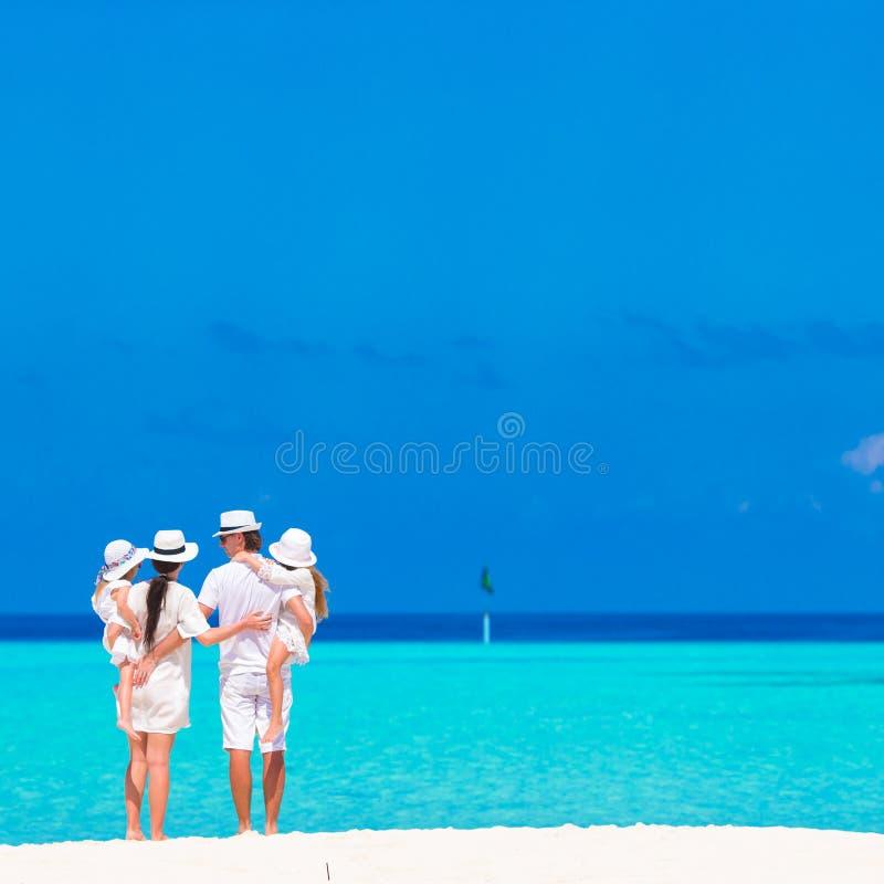 Piękny tropikalny plaża krajobraz z rodziną wewnątrz zdjęcia stock