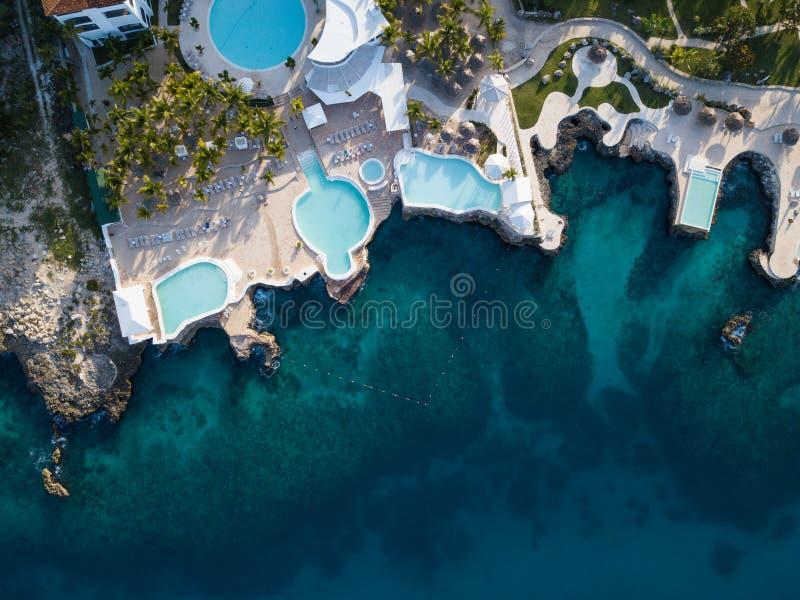 Piękny trutnia strzał baseny na skalistym wybrzeżu morze karaibskie w Bayahibe wiosce zdjęcie stock