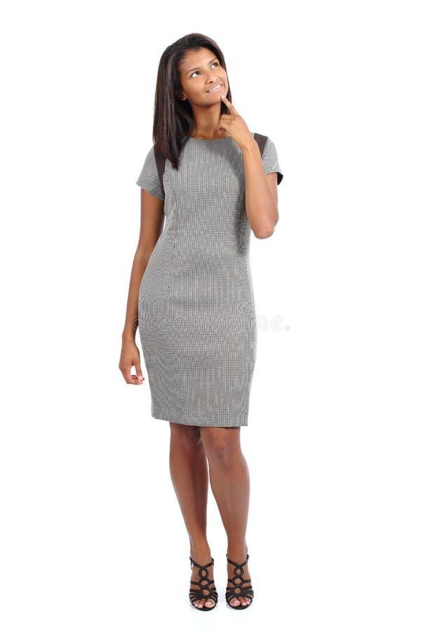 Piękny trwanie amerykanina afrykańskiego pochodzenia modela kobiety główkowanie i patrzeć above zdjęcie stock
