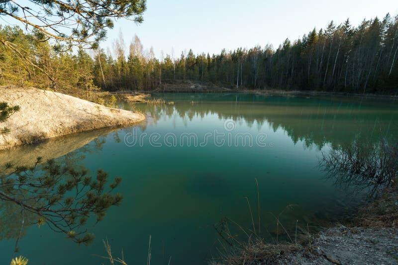 Piękny turkusowy jezioro w Lackroga ezers Latvia, Meditirenian stylu - barwi w państwach bałtyckich - obraz stock