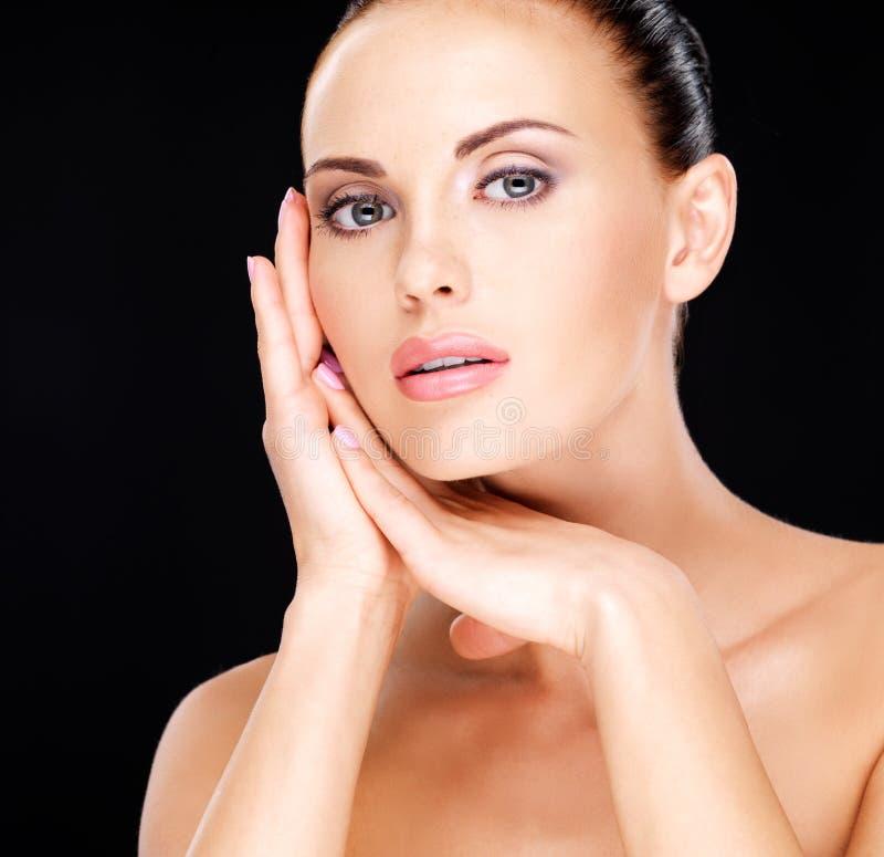 Piękny   twarz dorosła kobieta z świeżą skórą obrazy royalty free