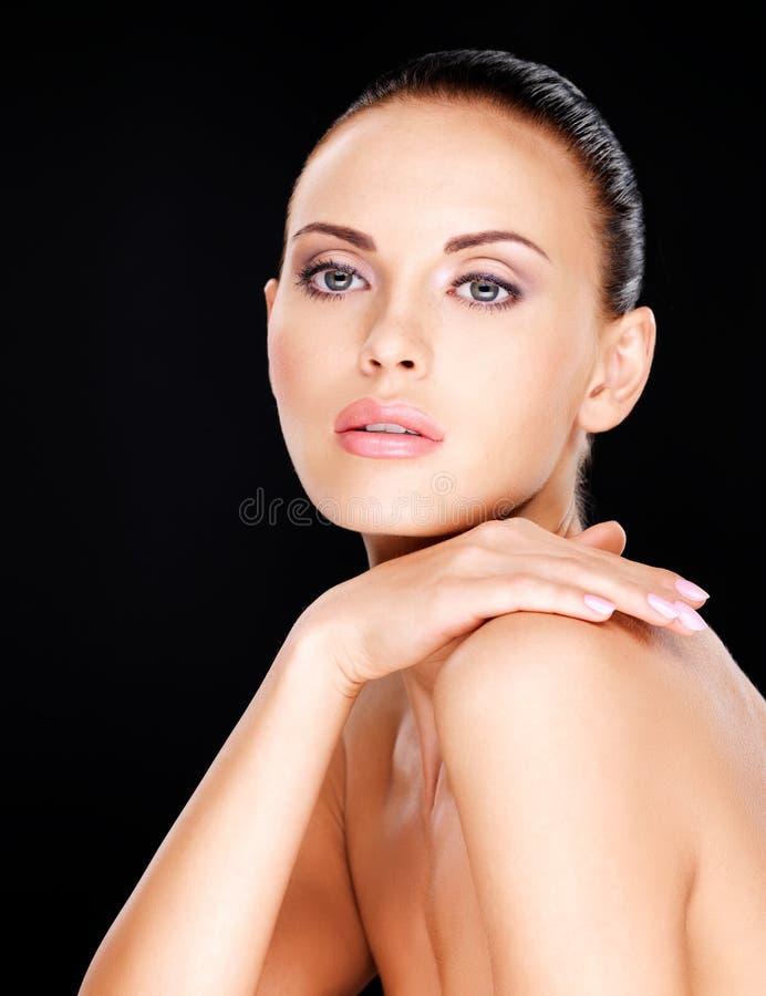 Piękny   twarz dorosła kobieta z świeżą skórą obrazy stock