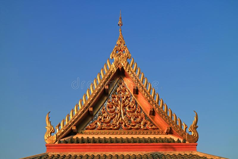 Piękny tympanon Wata Khao Di Salak Buddyjska świątynia przeciw Wibrującemu niebieskiemu niebu, Suphanburi prowincja, Tajlandia obrazy stock