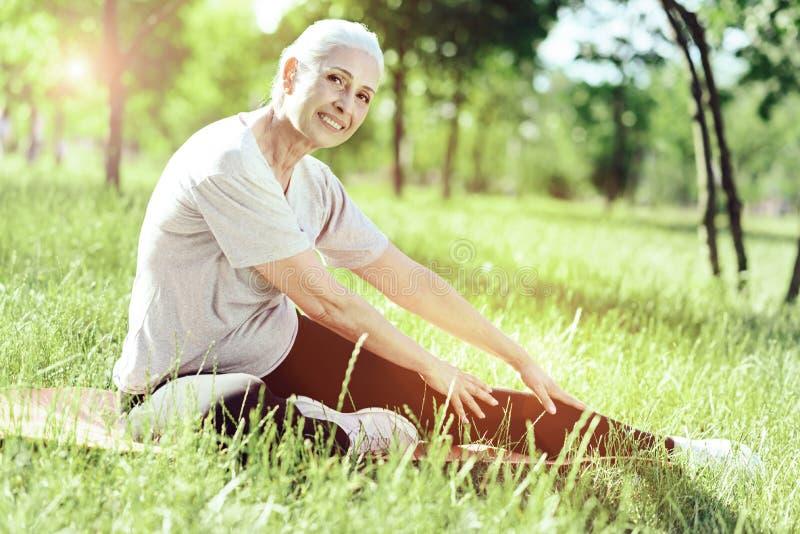 Piękny uśmiech aktywny entuzjastyczny emeryt obraz stock