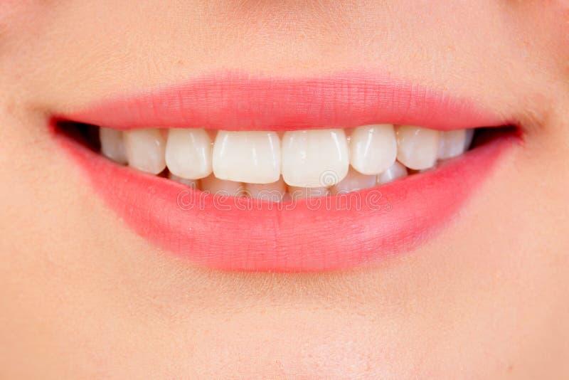 Piękny uśmiech z białymi teeths zdjęcie royalty free