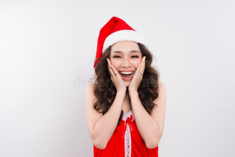 Piękny uśmiechnięty żeński azjata modela odzieży Santa kapelusz zdjęcie royalty free