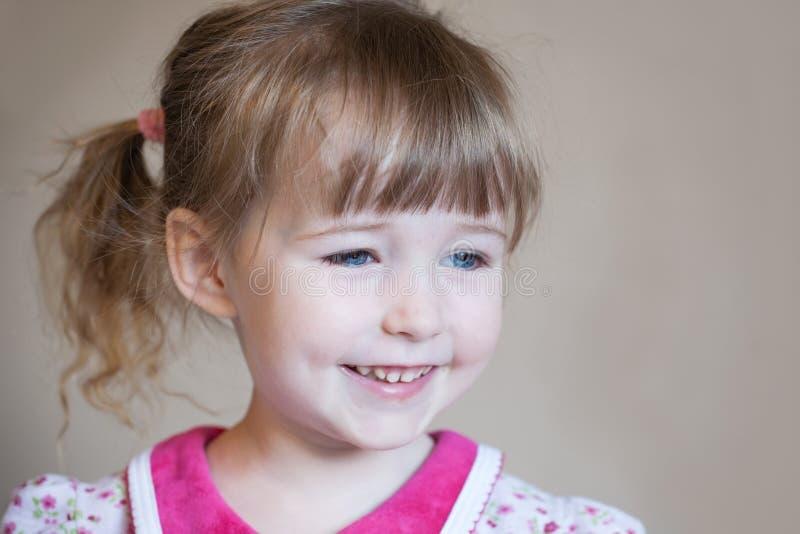 Piękny uśmiechnięty biały dziecko dziewczyny twarzy zbliżenia portret zdjęcia royalty free
