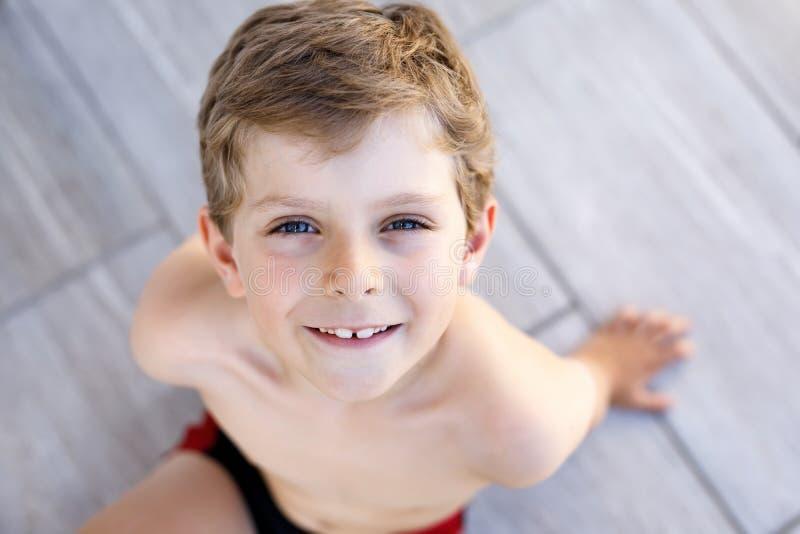 Piękny Uśmiechnięty Little Boy portret na ciepłym pogodnym letnim dniu Szczęśliwy dzieciak patrzeje kamerę Uroczy dziecko z obrazy stock