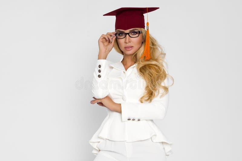 Piękny uczeń kończy ona studia Rozładowanie piękna kobieta obraz stock