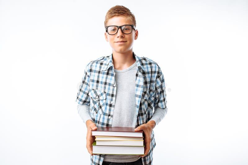 Piękny uczeń trzyma stertę książki, botanik iść z książkami studiować w studiu na białym tle obraz stock
