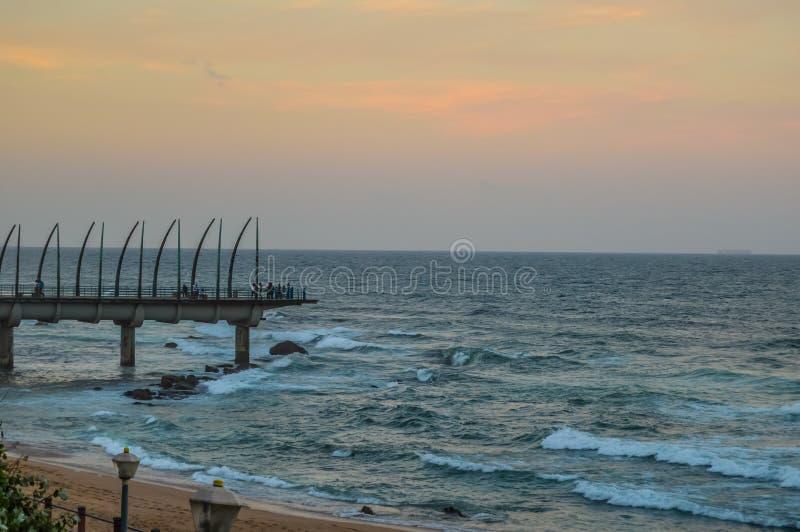Piękny Umhlanga deptaka molo fiszbinowy robić molo w Kwazulu Natal Durban Północny Południowa Afryka podczas zmierzchu zdjęcia royalty free