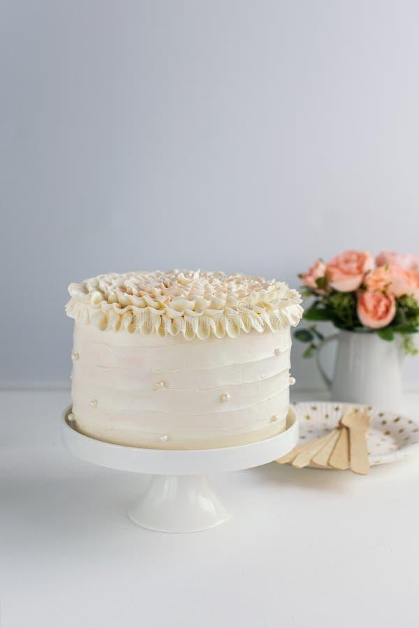 Piękny Urodzinowy tort dekoruje z jadalnymi perłami na białym neutralnym tle kosmos kopii świętowania pojęcia odosobniony biel Mo zdjęcie royalty free
