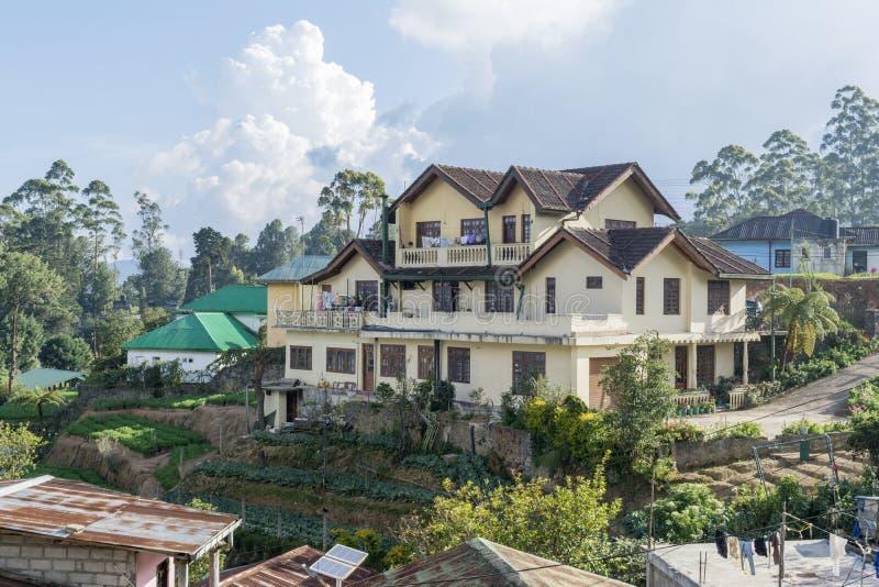 Piękny utrzymanie dom w małej wiosce przy górami fotografia stock