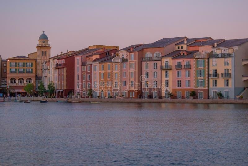 Pi?kny w?oszczyzny Portofino hotel z kolorowymi wioskami i ?odziami rybackimi w ma?ym podpalanym schronieniu przy Universal Studi obraz royalty free