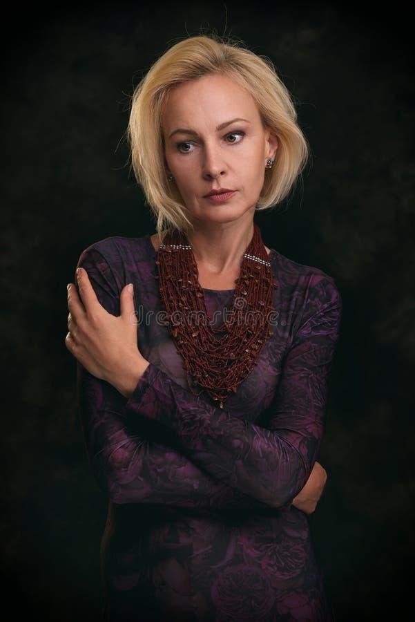 Piękny w średnim wieku smutny blondynki kobiety portret zdjęcia stock