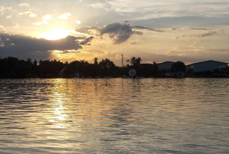 Piękny wczesny poranek przy Chao praya rzeką, Tajlandia obrazy stock