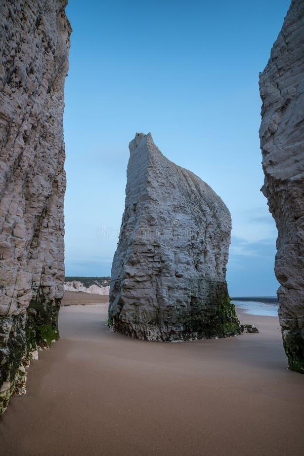 Piękny wibrujący wschód słońca nad skał stertami na plaży przy niskim przypływem obraz stock