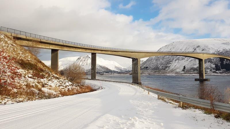 Piękny widok śnieżna droga w Norway zdjęcie stock