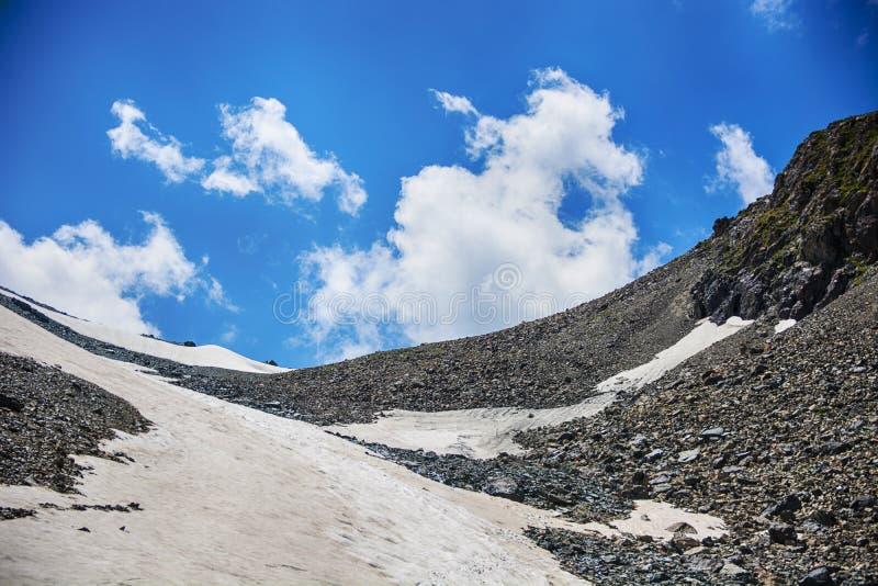 Piękny widok śnieżna góra i chmurny niebo, Sceniczni wysokogórscy krajobrazowi pasma górskie Terskey Alatoo góry, shan zdjęcia stock