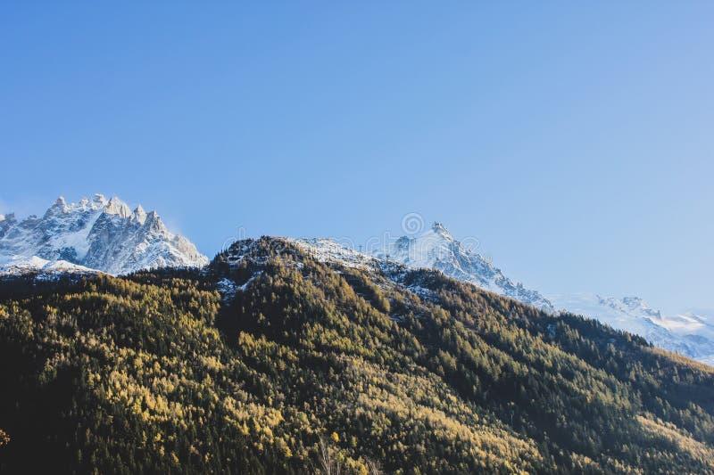 Piękny widok śnieżne Alps góry, wzgórza i fotografia stock