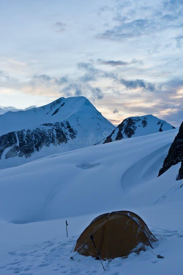 Piękny widok śnieżne góry i namiot na lodowu na zmierzchu zdjęcia stock