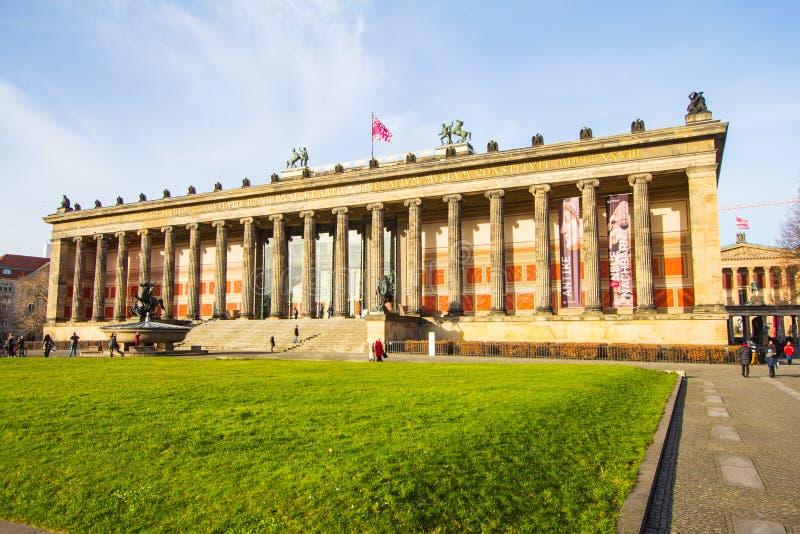 Piękny widok Altes Muzealny Stary muzeum lokalizować na Museumsinsel Muzealnej wyspie przeciw niebieskiemu niebu UNESCO obraz royalty free