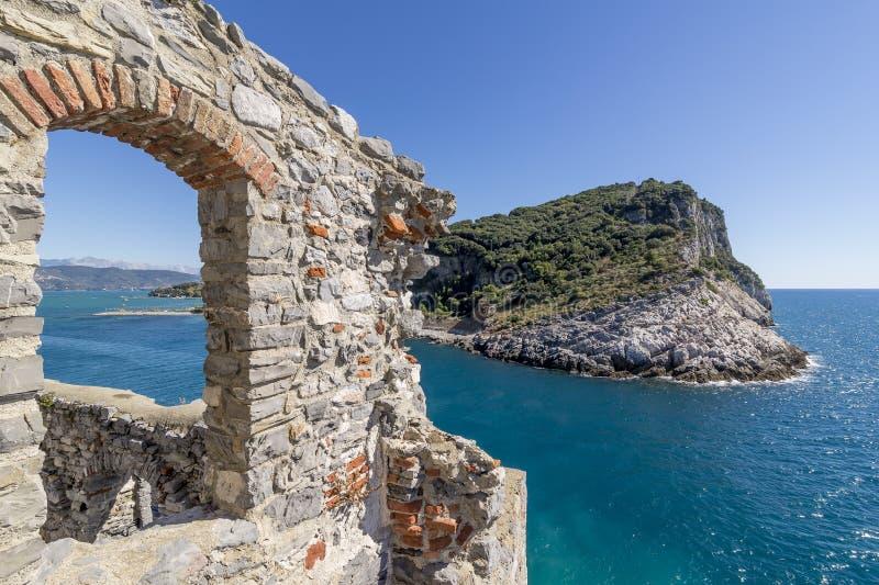 Piękny widok antyczne ściany i naturalny park wyspa Portovenere i Palmaria, Liguria, Włochy obraz royalty free