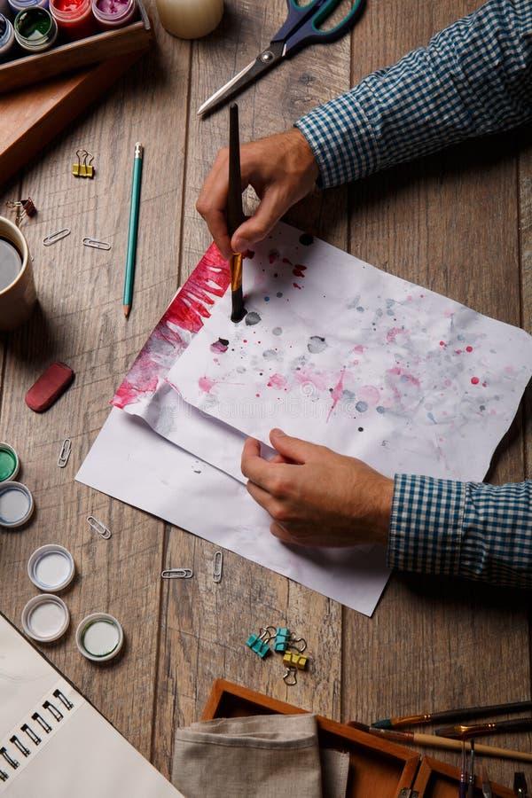 Piękny widok artysta i przedmioty dla malować na drewniany parkietowym sztuki tła czerń pojęcia maski farby czerwony punktu biel fotografia royalty free