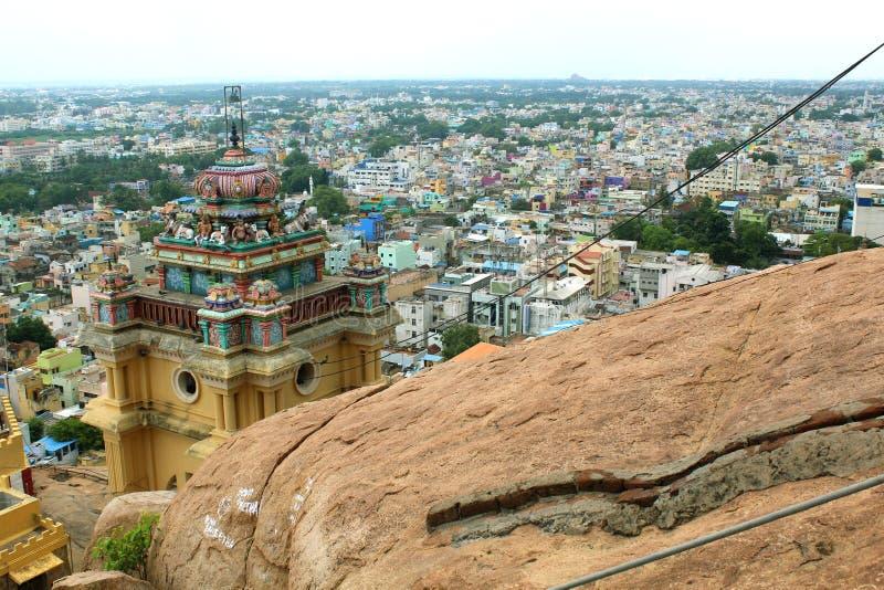 Piękny widok basztowy wierzchołek z miasto domami w trichirappalli rockfort vinayagar świątyni obraz royalty free
