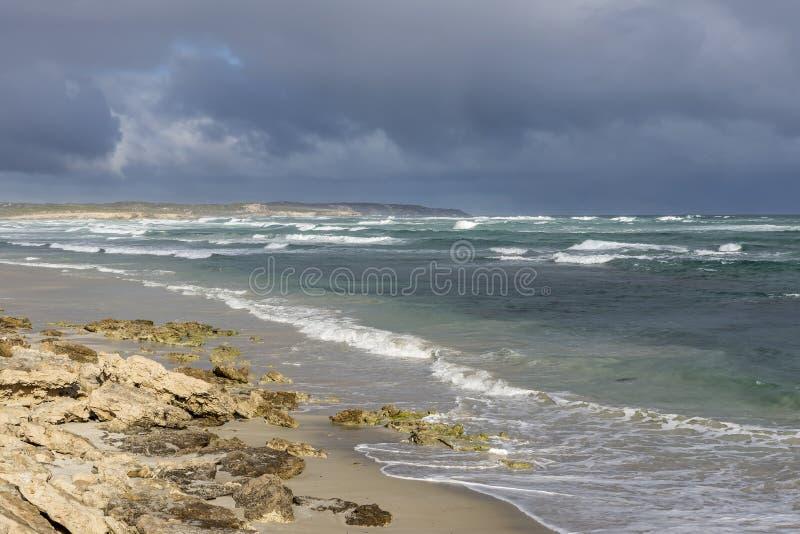 Piękny widok bele Wyrzucać na brzeg przeciw bardzo chmurnemu niebu, kangur wyspa, Południowy Australia obraz stock