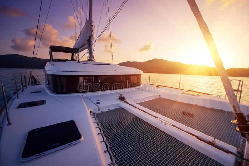 Piękny widok catamaran w Seychelles trzymać na dystans przy zmierzchem fotografia stock